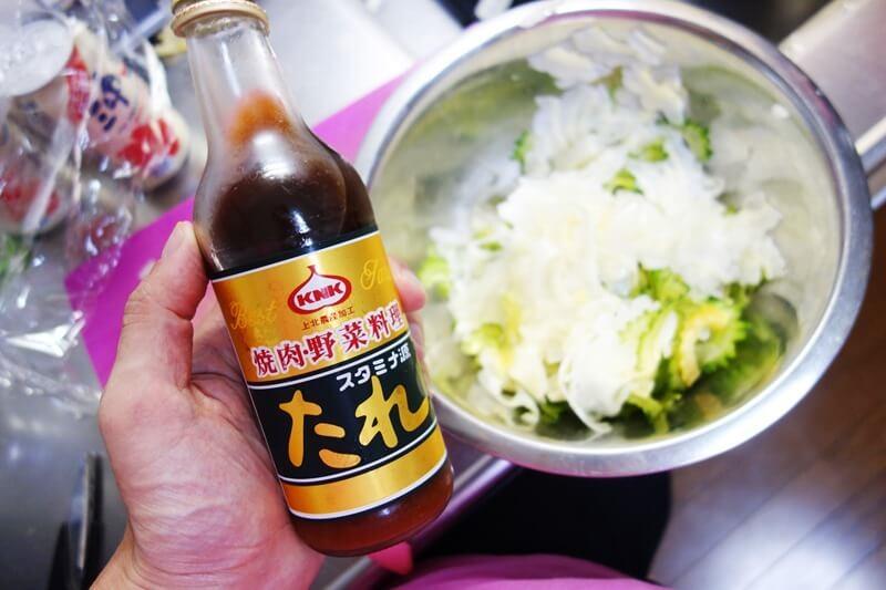 薄切りサラダゴーヤへの味付けは焼肉のタレをかけるだけで簡単に!