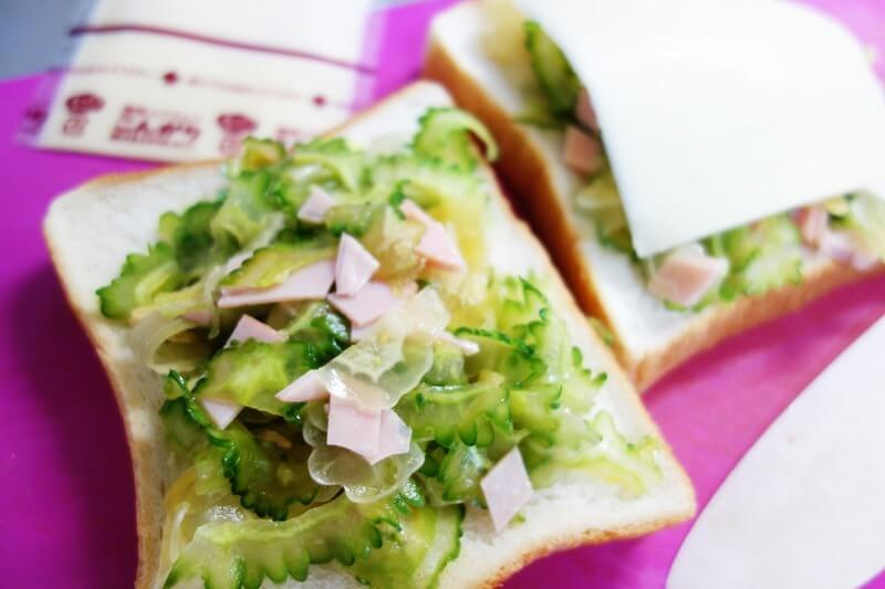 余ったゴーヤサラダはパンに乗っけるだけで簡単ピザトーストに。